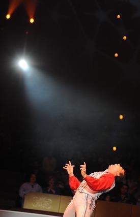 http:  taishimizu.com pictures D700 Big Apple Circus Nikon D700 85mm f1 4 ais juggling ping pong balls with mouth thumb.jpg