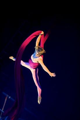 http:  taishimizu.com pictures D700 Big Apple Circus nikon d700 135mm f2 8 non ai suspended acrobat thumb.jpg