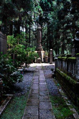 http:  taishimizu.com pictures nikon nikkor 24mm f2 ais review nikon 24mm f2 ais mount koya graveyard thumb.jpg